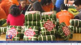 Gói, tặng hàng ngàn bánh chưng gửi tới đồng bào miền Trung đón Tết