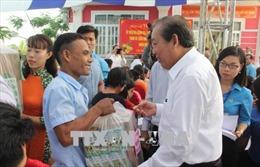 Phó Thủ tướng Thường trực Trương Hòa Bình thăm và tặng quà Tết cho công nhân tại Long An