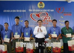 Phó Thủ tướng Vương Đình Huệ chúc Tết và trao quà tặng công nhân tại tỉnh Hậu Giang
