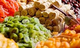 Thị trường Tết 2018: Hoa quả ngoại sấy khô tiền triệu vẫn ùn ùn người mua
