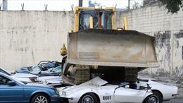 Xem máy ủi cán bẹp không thương tiếc hàng chục siêu xe nhập lậu trị giá triệu USD
