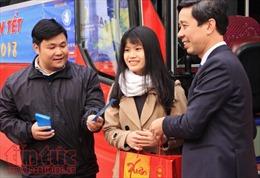 Khoảng 1.000 sinh viên có hoàn cảnh khó khăn đón chuyến xe Xuân về quê ăn Tết