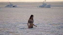 Bà mẹ trẻ mặc bikini tắm biển trong cái lạnh -17 độ C