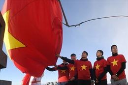 Thủ môn Bùi Tiến Dũng của U23 Việt Nam bắt bóng trên đỉnh Fansipan