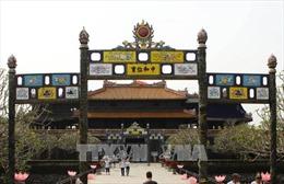 Mồng 1 Tết, người xe như nêm đi lễ đền, chùa ở Huế
