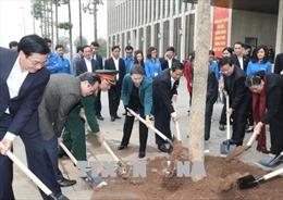 Chủ tịch Quốc hội tham gia trồng cây hoa ban tại khu vực Nhà Quốc hội