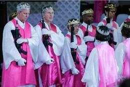 Hàng trăm cặp đôi Mỹ đem súng đến nhà thờ làm lễ chúc phúc
