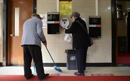Làm việc tại nhà vệ sinh công cộng ở Trung Quốc cũng phải có bằng đại học