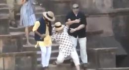 Bà Hillary loạng choạng trượt ngã cầu thang liên tiếp