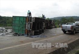 Lật xe container làm 2 người bị thương, quốc lộ 4D ách tắc nhiều giờ