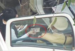 Hà Nội đình chỉ công tác 20 cảnh sát giao thông nghi nhận tiền 'làm luật'