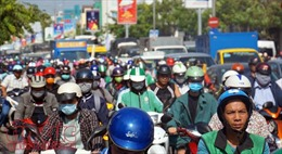 Kẹt xe, hàng nghìn người chen chúc nhau giữa trời nắng nóng gay gắt