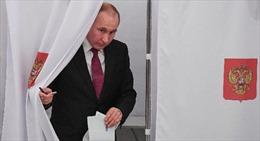 Chùm ảnh Tổng thống Nga Putin và các đối thủ đi bỏ phiếu