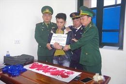 Bắt đối tượng mang 3.200 viên hồng phiến từ Lào qua Cầu Treo