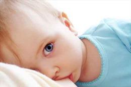 Mẹ ăn nhiều giai đoạn cho con bú có thể khiến trẻ dậy thì sớm