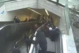 Hành khách tàu điện ngầm bị thang cuốn 'nuốt chửng'