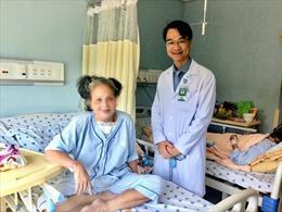 Cụ bà phải ngủ ngồi gần 2 năm vì mang khối bướu to