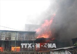 Cháy lớn tại bãi tập kết cao bản gỗ, ba khu nhà liền kề bị thiêu rụi