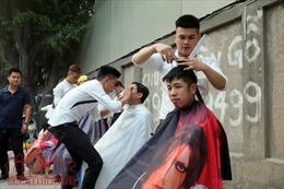 Dàn hot boy áo trắng rạng rỡ cắt tóc miễn phí cho người nghèo trên phố Kim Mã