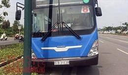 Xe buýt lao lên lề đường, nhiều hành khách một phen hú vía