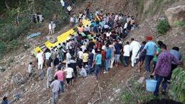 Xe buýt rơi xuống vực khiến 13 người thiệt mạng