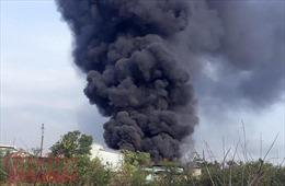 Cháy lớn thiêu rụi xưởng sản xuất hạt nhựa ở huyện Bình Chánh