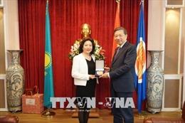 Bộ trưởng Tô Lâm thăm Đại sứ quán Việt Nam tại Kazakhstan