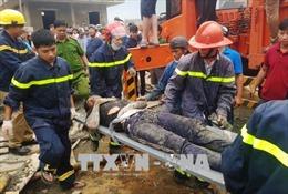 Giàn giáo thi công cây xăng bất ngờ đổ sập, 7 công nhân nhập viện