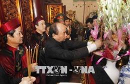 Thủ tướng Nguyễn Xuân Phúc thành kính dâng hương tưởng niệm các Vua Hùng