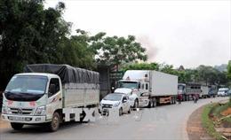 Hòa Bình: Xe tải mất lái bị lật làm 2 người bị thương, gây ách tắc gần 4km