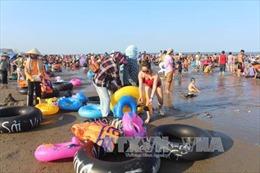 Các bãi biển xứ Thanh đông nghẹt người