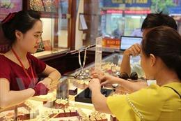 Giá vàng lao dốc theo đà giá vàng thế giới giảm