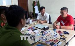 Bắt quả tang một người Trung Quốc dùng thẻ ATM giả rút tiền