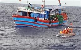 Đưa thuyền viên tàu QNg 98217 TS bị bệnh nguy kịch ở vùng biển Hoàng Sa vào đất liền