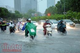 Đường Nguyễn Hữu Cảnh lại chìm trong biển nước trong cơn mưa chiều nay