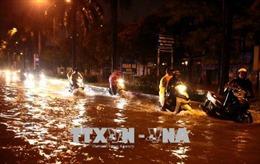 Hà Nội mưa lớn đầu mùa, phố xá nhanh chóng thành sông