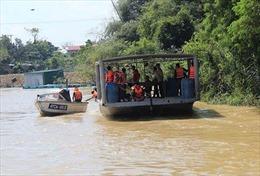 Thuyền mắc cạn, lội xuống sông vào bờ, một người bị nước cuốn trôi