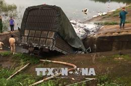 Xe tải mất lái lao xuống hồ, ba người nguy kịch
