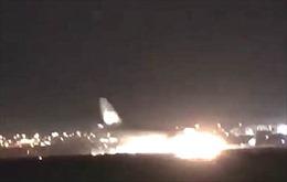 Xem video máy bay chúi mũi hạ cánh, thân tóe lửa