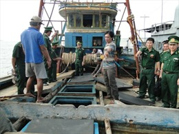 Bắt giữ tàu cá vận chuyển 55.000 lít dầu không rõ nguồn gốc