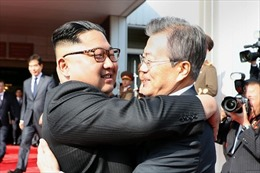 Video nhà lãnh đạo Kim Jong-un ôm hôn thắm thiết Tổng thống Hàn Quốc khi gặp lại