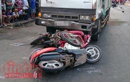 Xe máy va chạm với xe tải, 2 người thương vong