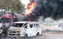 Hai ô tô đâm trực diện phát nổ, 20 người chết cháy