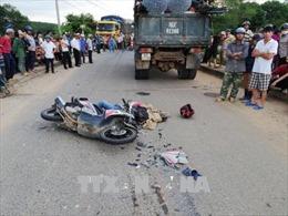Va chạm với xe tải, bố và con gái 6 tuổi tử vong tại chỗ
