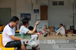 Cấm hút thuốc lá trong bệnh viện: Vẫn 'bắt cóc bỏ đĩa'