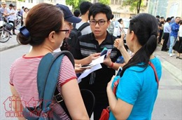 Phụ huynh vất vả cùng các thi sinh thi vào trường chuyên hot nhất Hà Nội