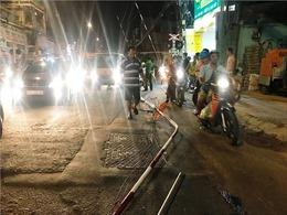 Ô tô húc văng thanh gác chắn tàu hỏa ở khu trung tâm TP Hồ Chí Minh
