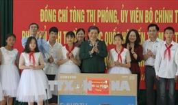 Phó Chủ tịch Quốc hội tặng quà học sinh và đối tượng khó khăn tỉnh Lạng Sơn