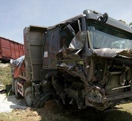 Cố tình băng qua đường sắt, xe ben bị tàu hỏa tông nát đầu