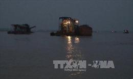 Bắt quả tang tàu khai thác cát trái phép trên sông Hồng